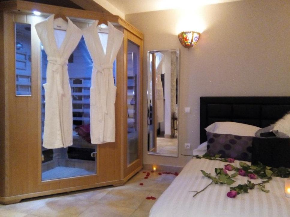 Chambre avec Jacuzzi privatif dans la chambre sauna ...