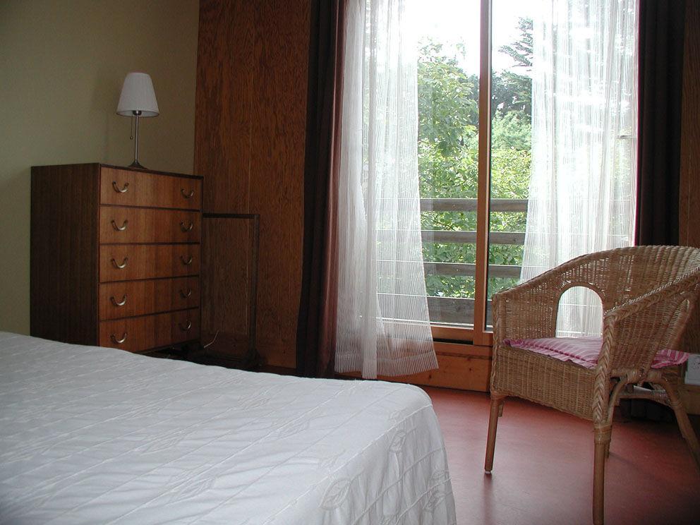 chambres d 39 h tes et g te bugu l s g stezimmer penv nan tr gor c te de granit rose br hat. Black Bedroom Furniture Sets. Home Design Ideas