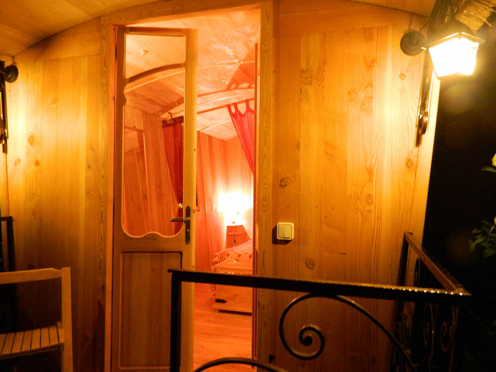 Chambre d 39 h tes le coustaty roulotte chambre saint for Chambre hote 24
