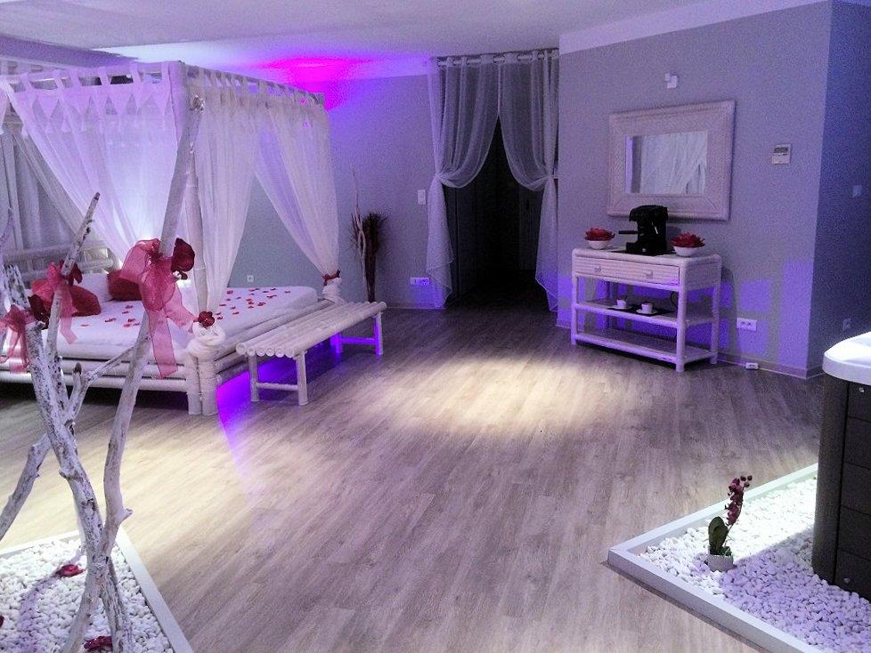 La Paillote Exotique chambre avec jacuzzi - Suites in Beaucaire in ...