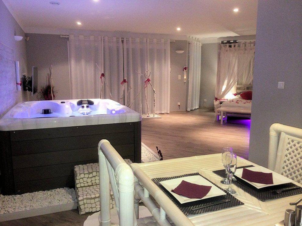 La Paillote Exotique chambre avec jacuzzi, suites Beaucaire