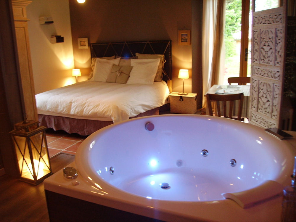 hotel spa avec jacuzzi dans la chambre paris. Black Bedroom Furniture Sets. Home Design Ideas