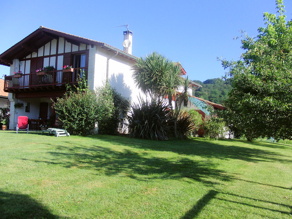 Chambre d 39 h tes kuluxka bedrooms in sare in les pyr n es for Chambre d hte pays basque