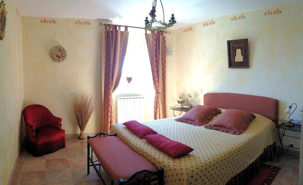chambres d 39 h tes la guillone chambres d 39 h tes murs luberon. Black Bedroom Furniture Sets. Home Design Ideas