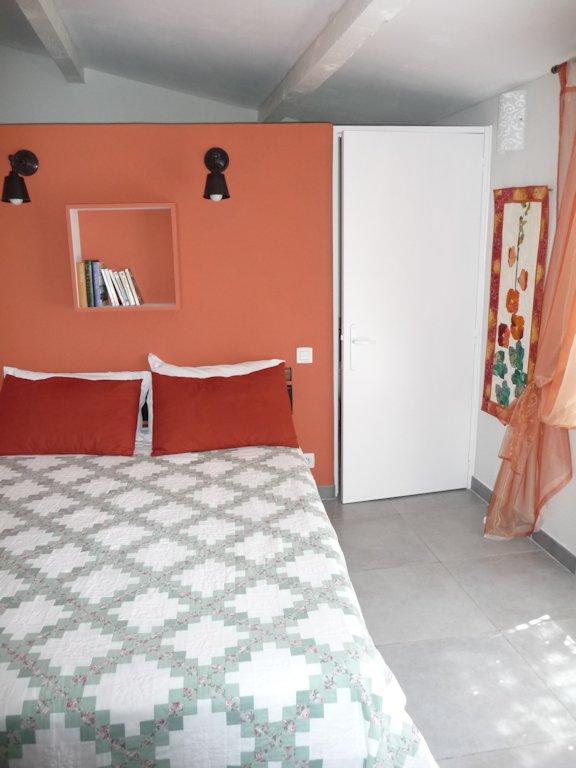 Chambre d 39 h tes la buissonne chambre camaret sur aigues dans le vaucluse 84 provence for Chambre dhotes orange vaucluse