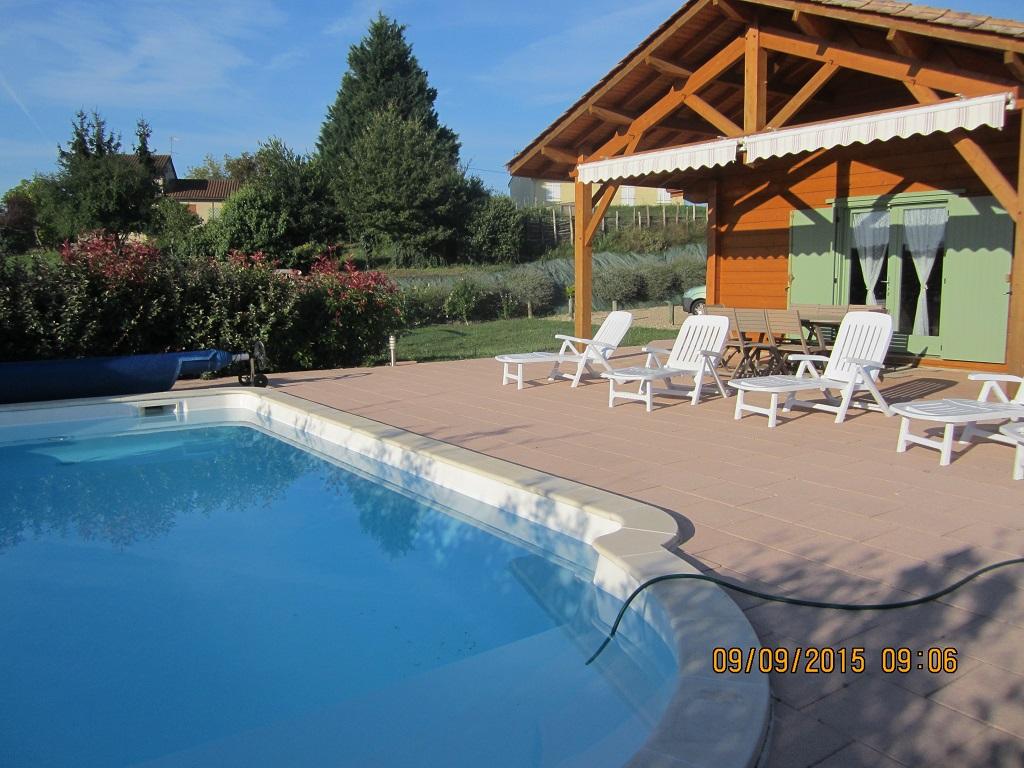 Chalet avec terrasse couverte donnant sur la piscine ...