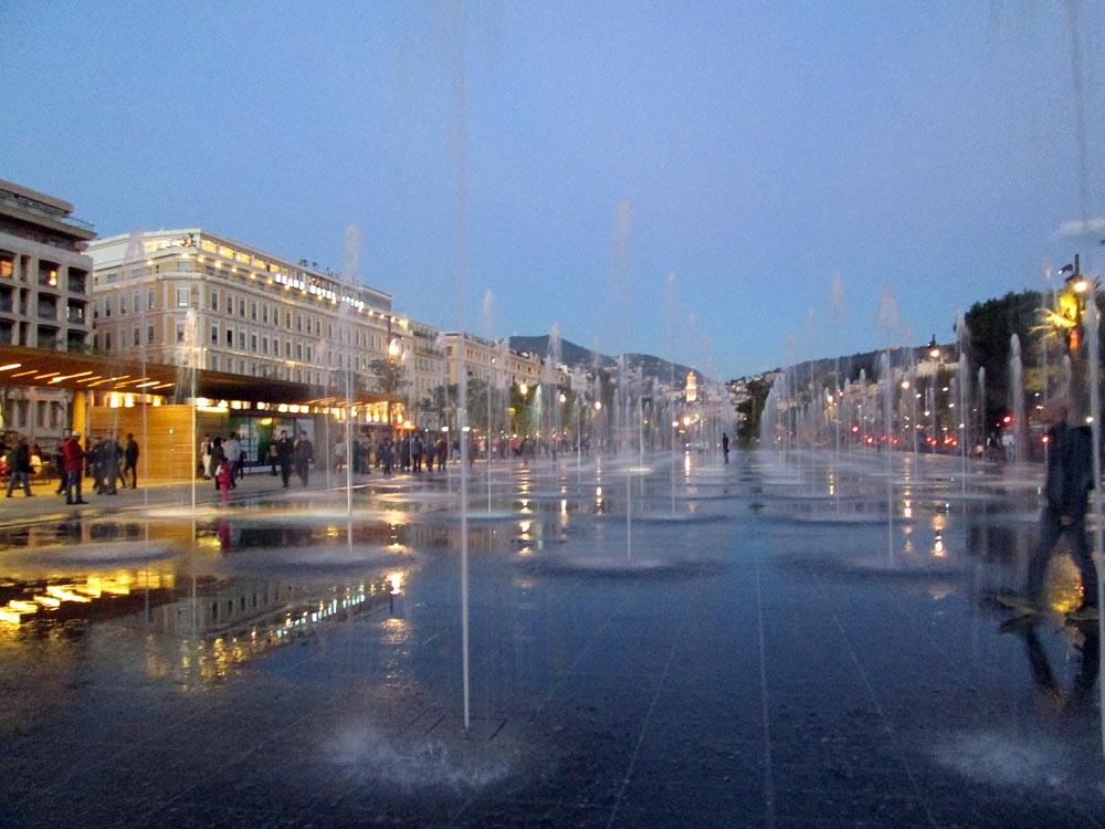 Locations de vacances la promenade du paillon nice et for Piscine miroir en anglais
