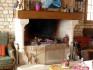 La cheminée dans la pièce du petit déjeuner